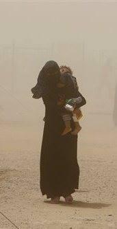 صورة لأحد الهاربات من الاشتباكات بمنطقة المشروع.